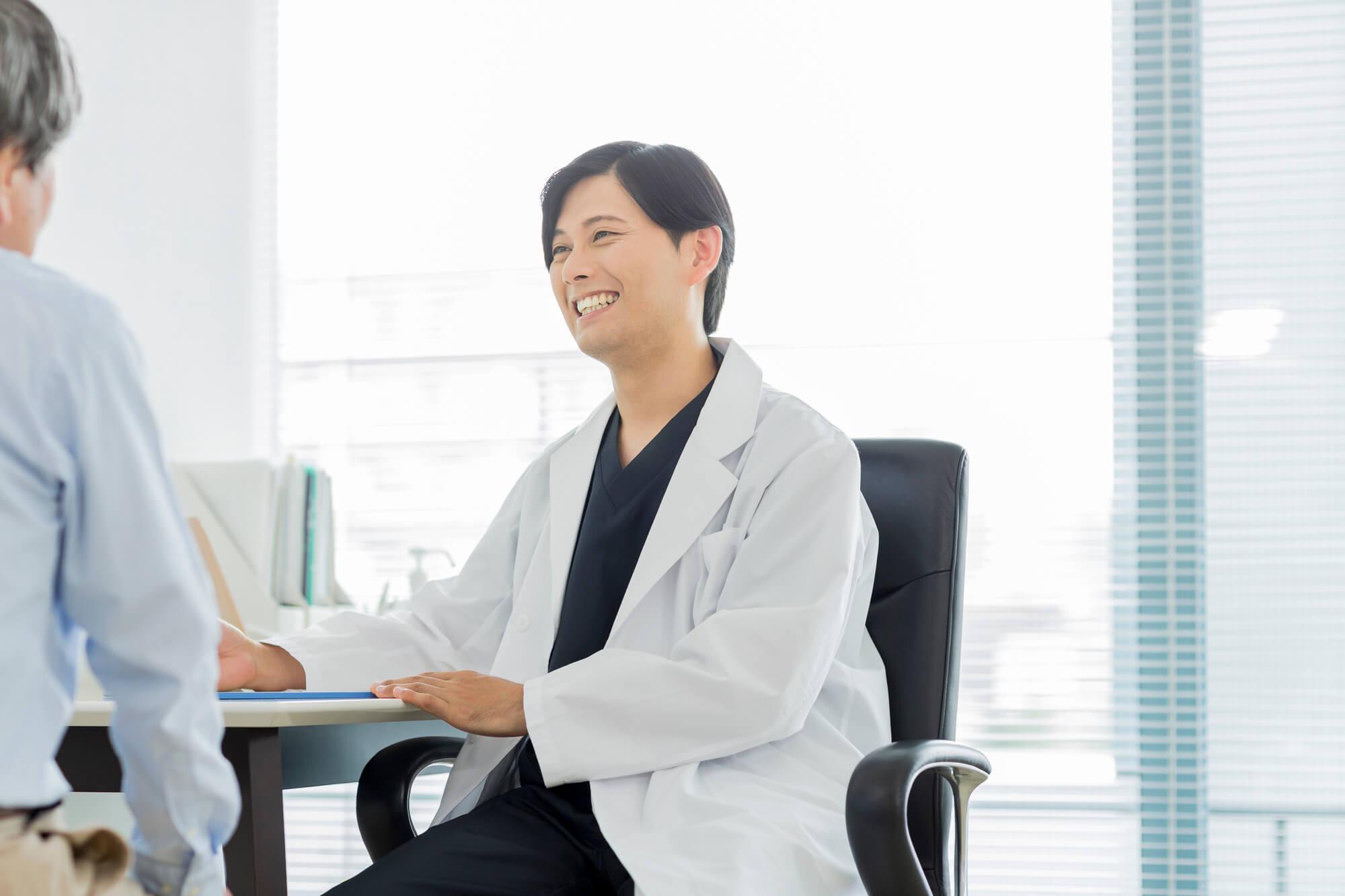 診察する医師