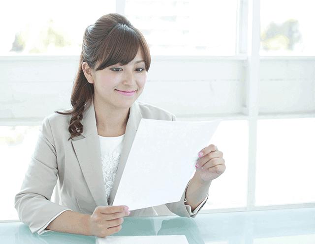 職務経歴書に目を通す女性