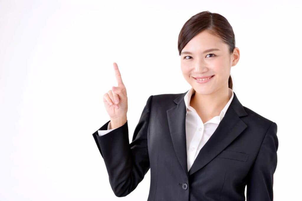職務経歴書の書き方を紹介する女性
