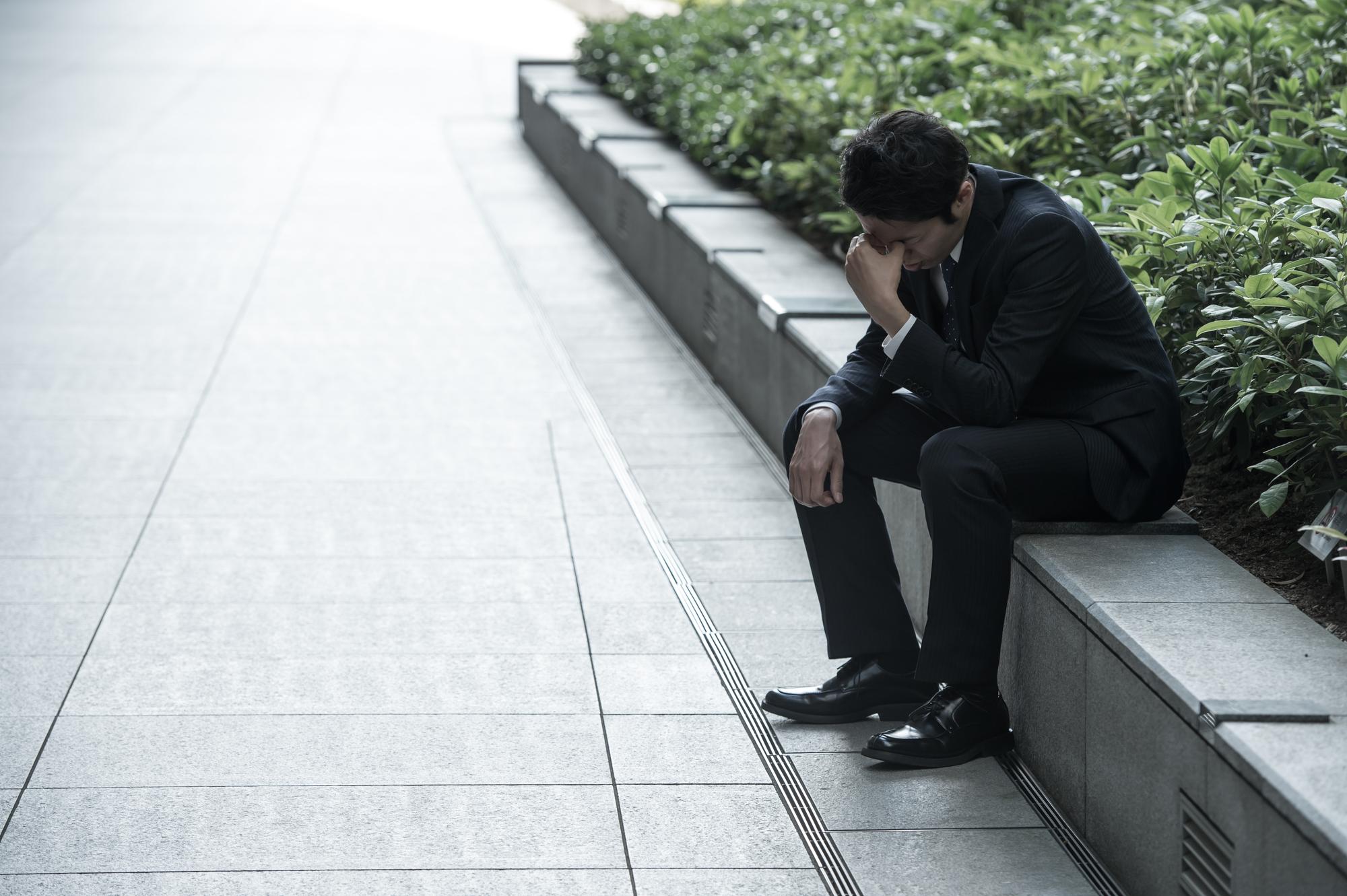 転職に失敗して頭を抱える第二新卒の男性