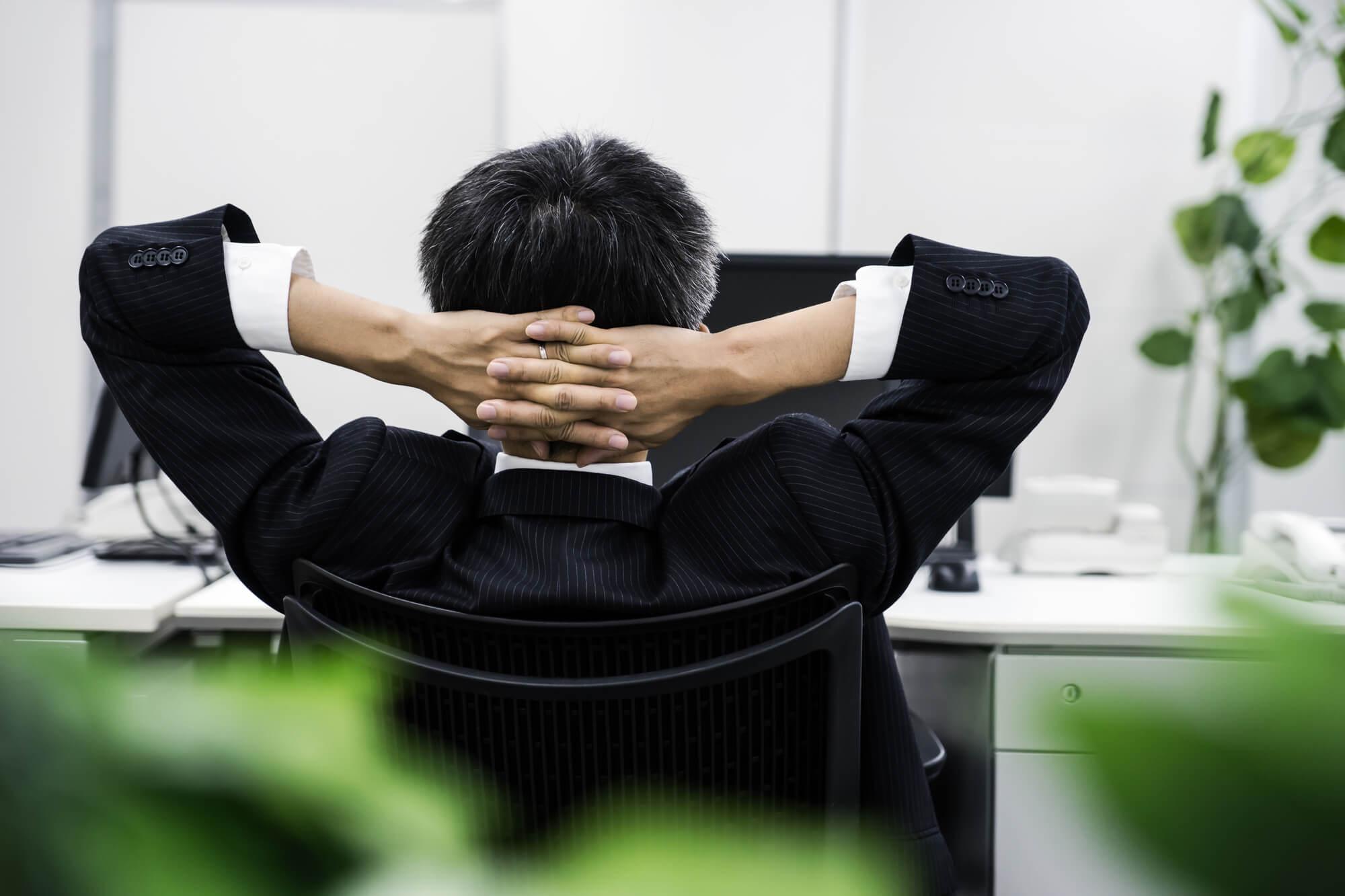 仕事で悩む50代男性