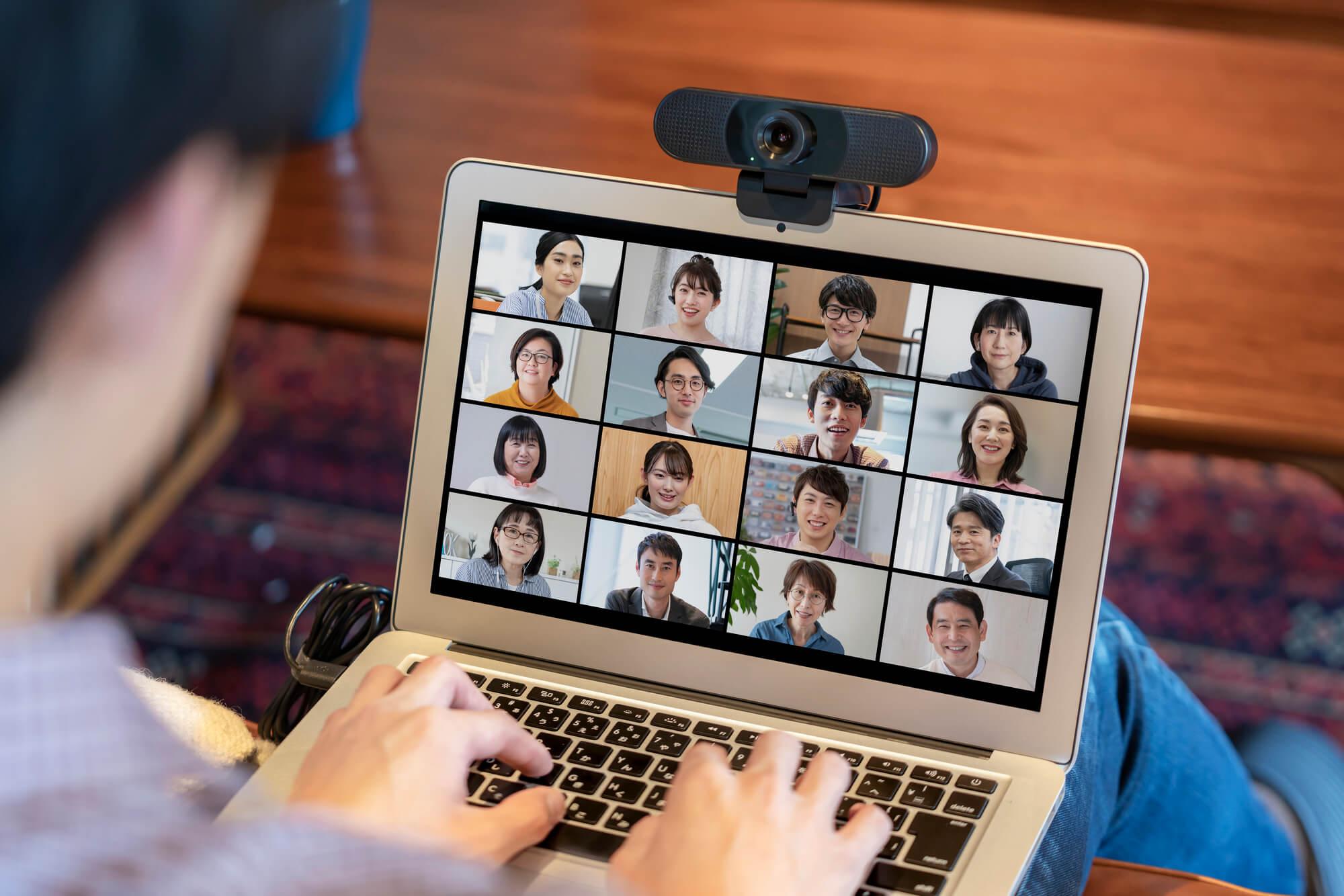 テレワークでオンライン会議に参加する男性