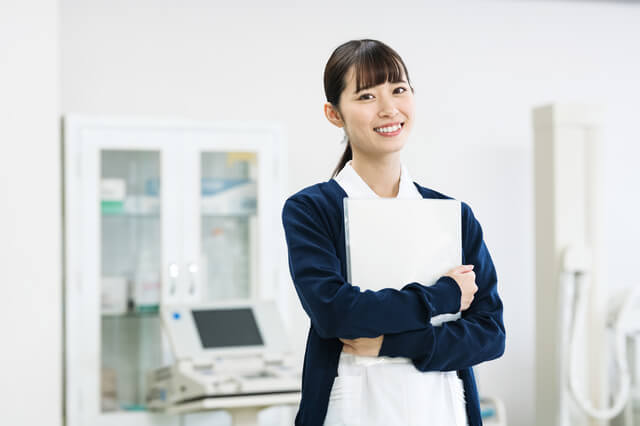 ファイルを持つ看護師