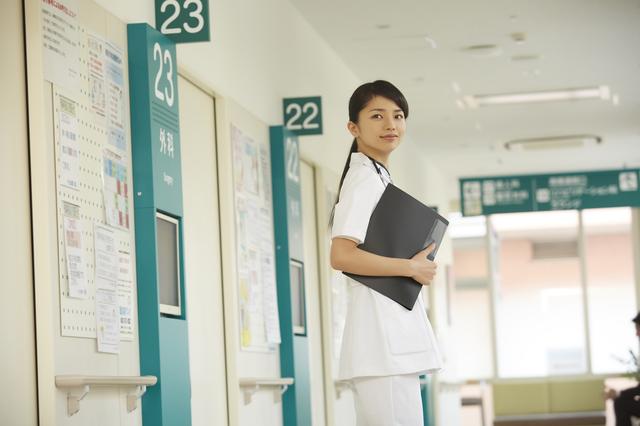 振り向いている看護師