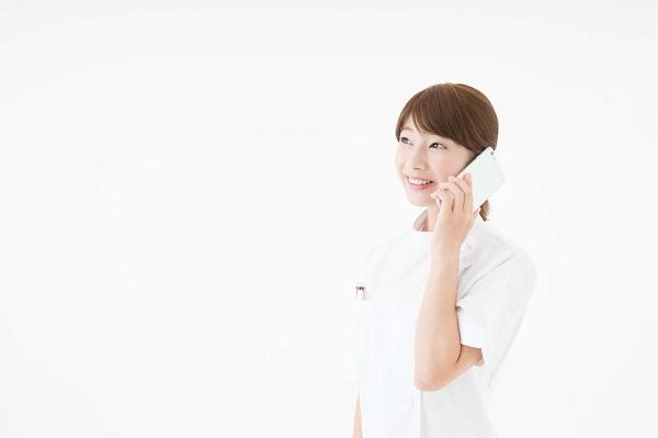 電話をかける看護師