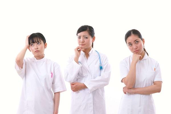疑問を抱く看護師3人