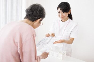 調剤薬局で働く女性薬剤師