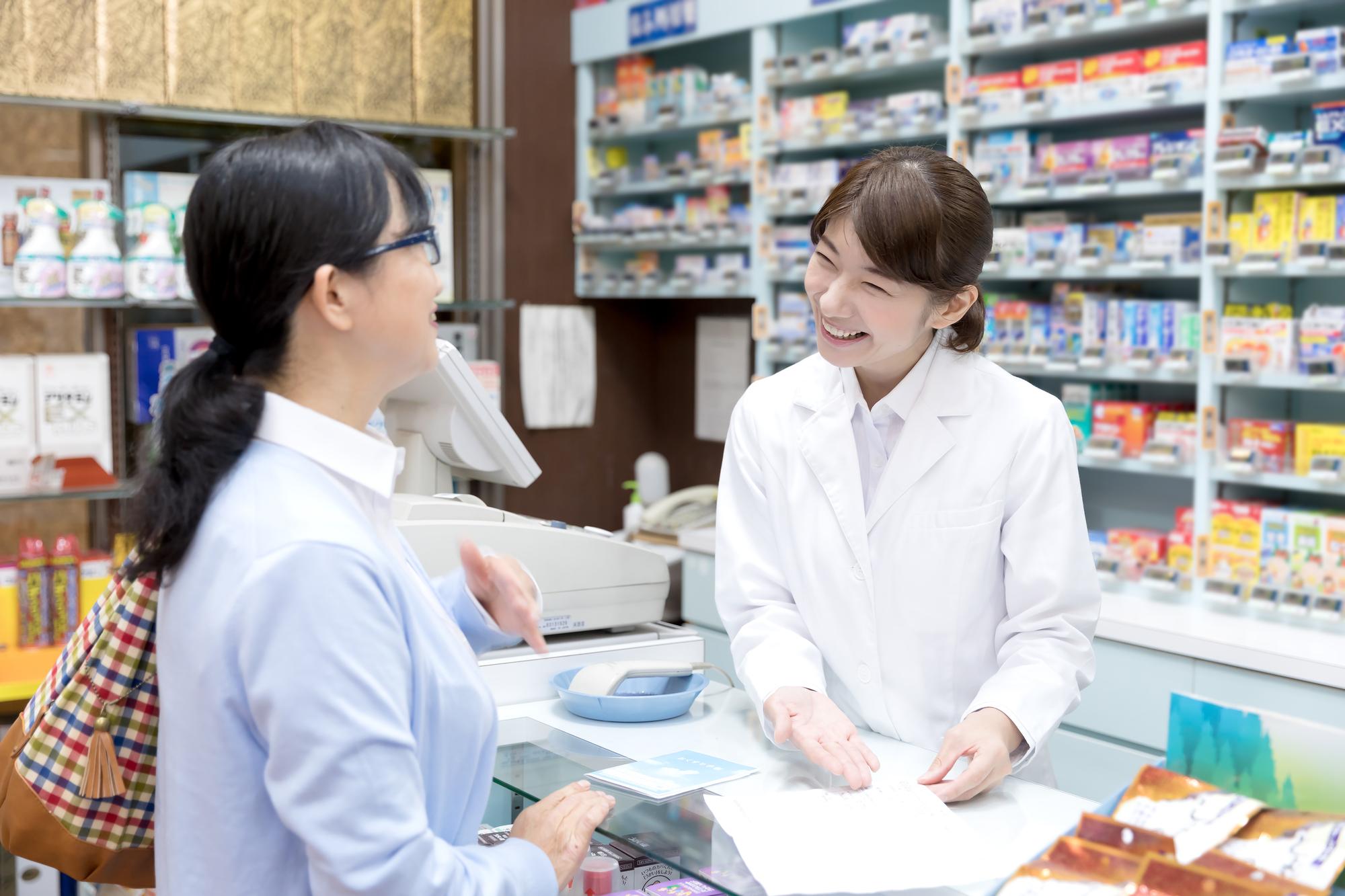 笑顔で患者と話す薬剤師 サプリメントアドバイザー