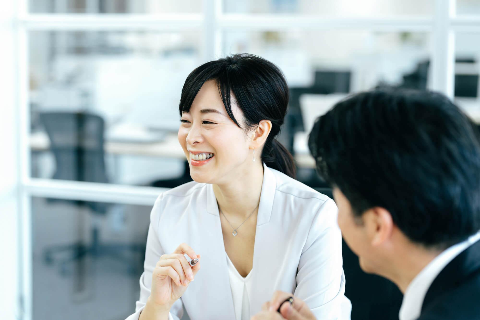 転職が成功して笑顔の40代女性