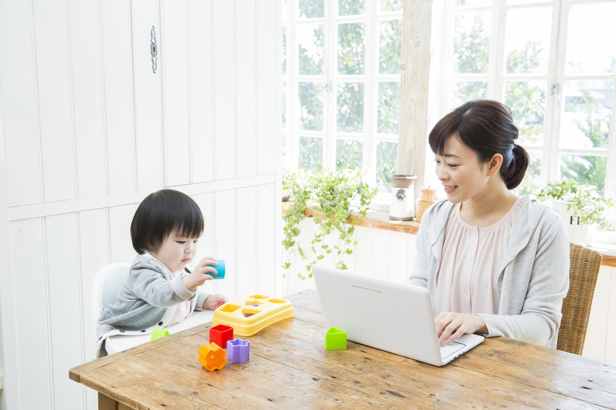 育児をしながら仕事をする子持ちの30代女性