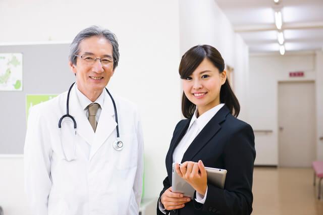 医師と女性MR
