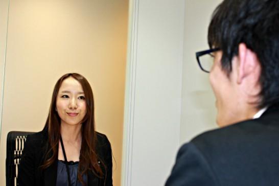 薬キャリ担当者にインタビューするキュースケ