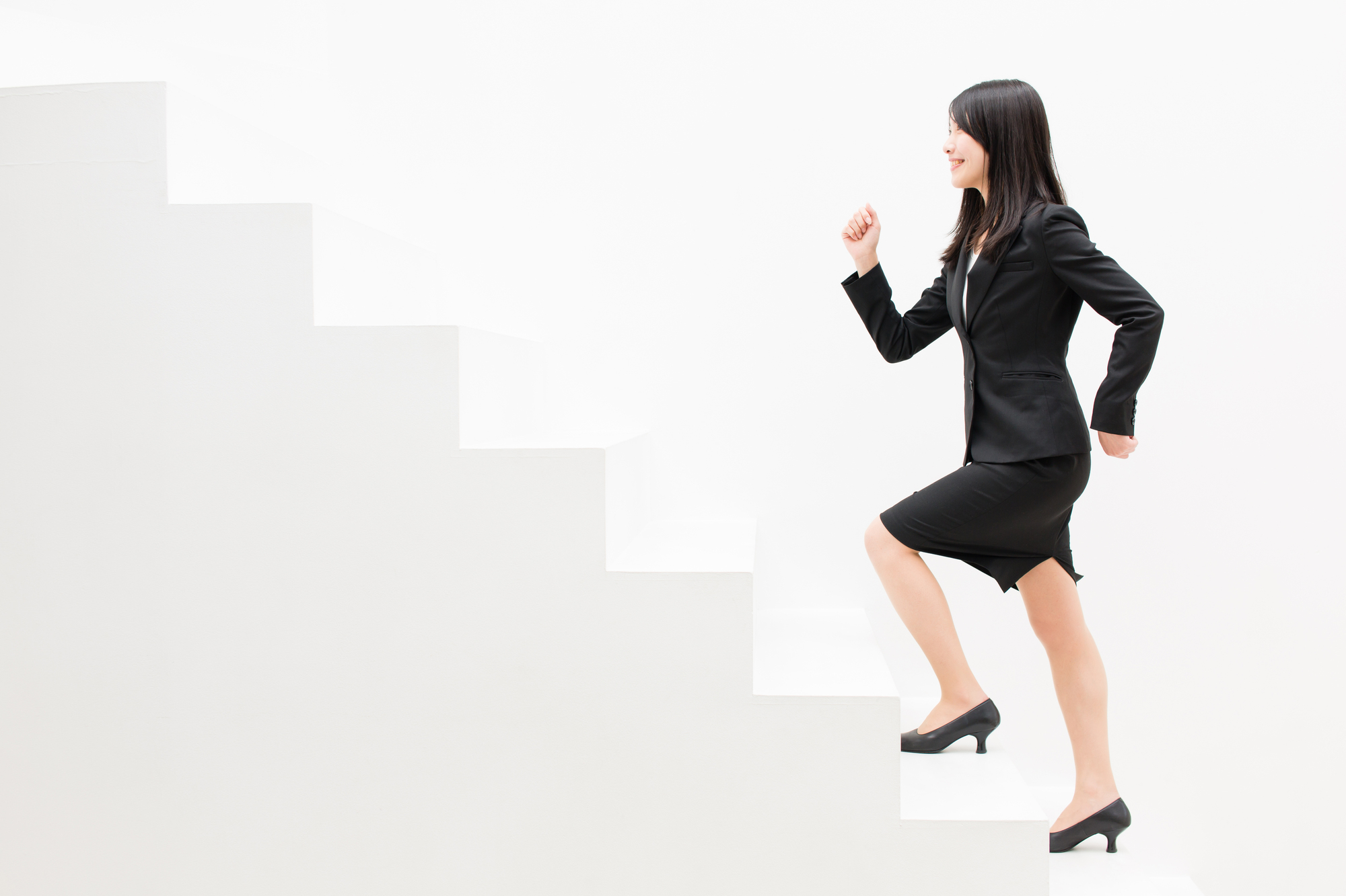 女性が階段を上がってキャリアアップしている様子