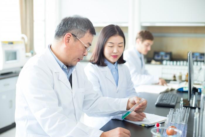 先発医薬品をテストする薬剤師